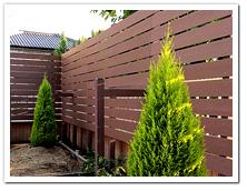 隣家との境に設置した横張りフェンス